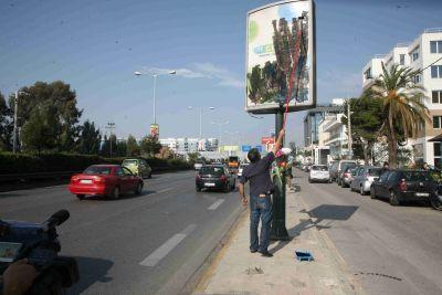 Ο πατέρας του Γιάννη Σταυρουλάκη, βάφει την παράνομη πινακίδα που σκότωσε τον Αποστόλη Μολυβιάτη
