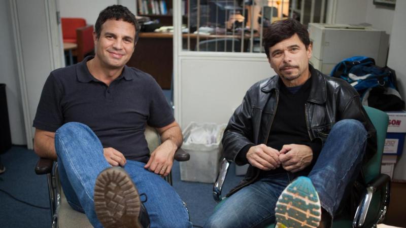Αριστερά ο ηθοποιός, και δεξιά ο δημοσιογράφος.